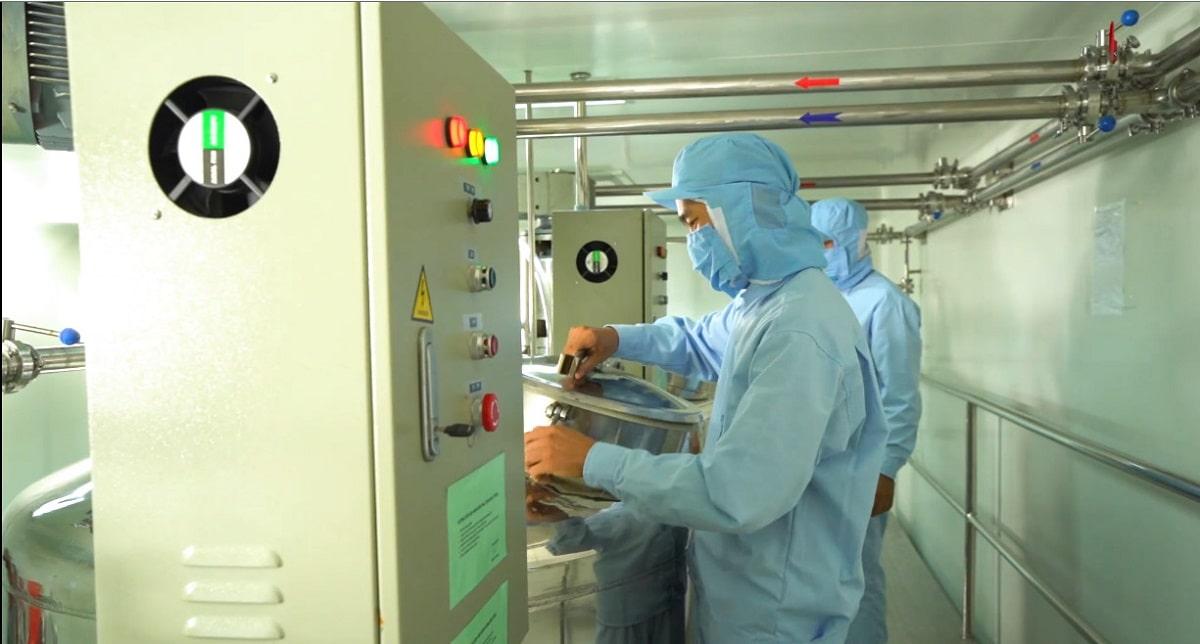 Nhân sự tham gia sản xuất phải đảm bảo vệ sinh, sát khuẩn ngay từ khi bước vào nhà máy